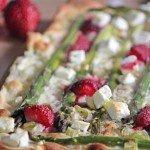 Spargel-Erdbeer-Flammkuchen