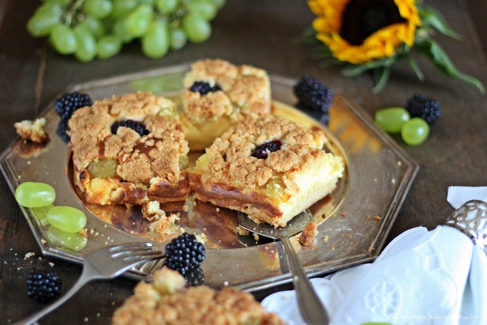 Käsestreuselkuchen mit Weintrauben und Brombeeren