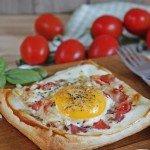 Spiegelei-Blätterteig-Pizza, Ei, Pizzagewürz, Blätterteig, Frühstück, lecker, Rezept