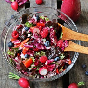 Roter Salat und Blaubeerbalsam aus dem Zapfhahn