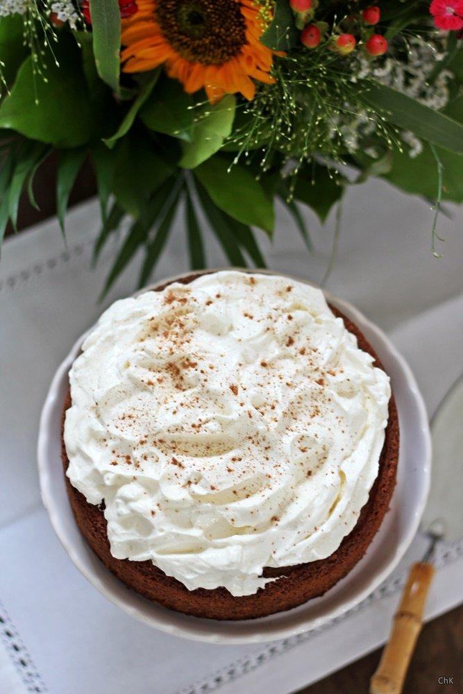moehrenkuchen-mit-walnuessen-und-frischkaese-topping