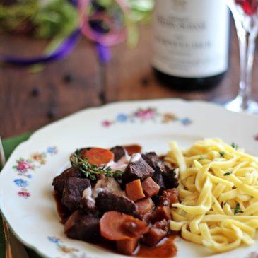 Etwas Besonderes für den Mittagstisch – Rehgulasch und Rotwein