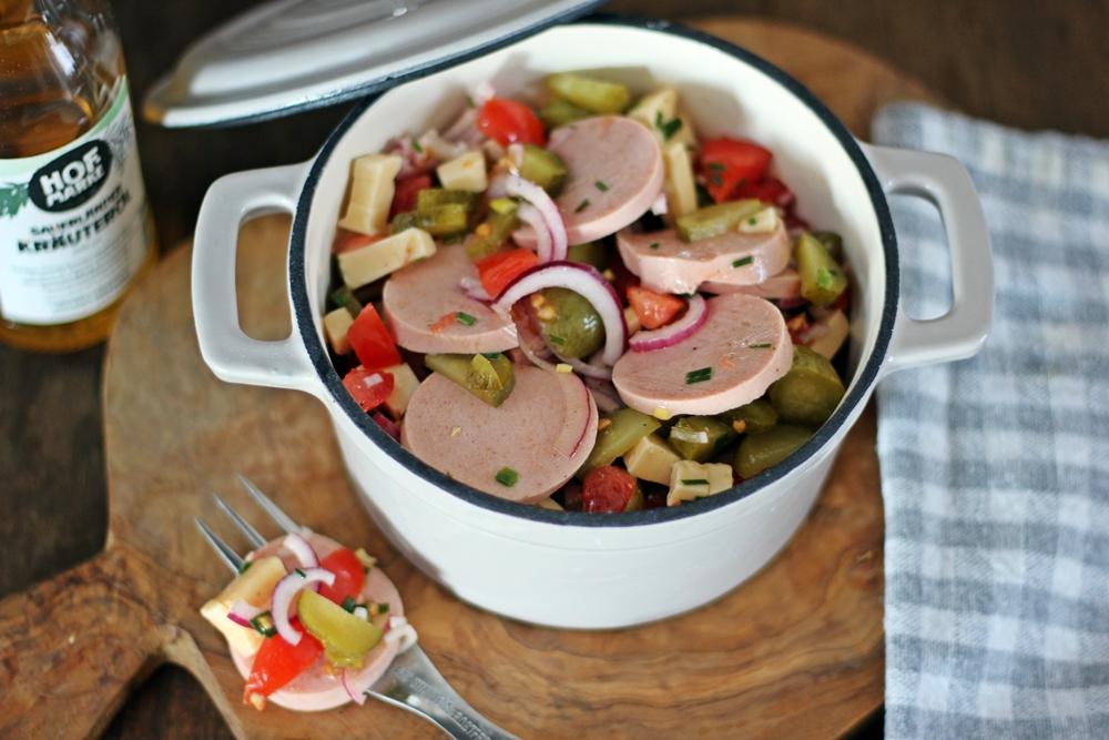 Fleischwurst und Gouda im Sauerlaender Wurstsalat