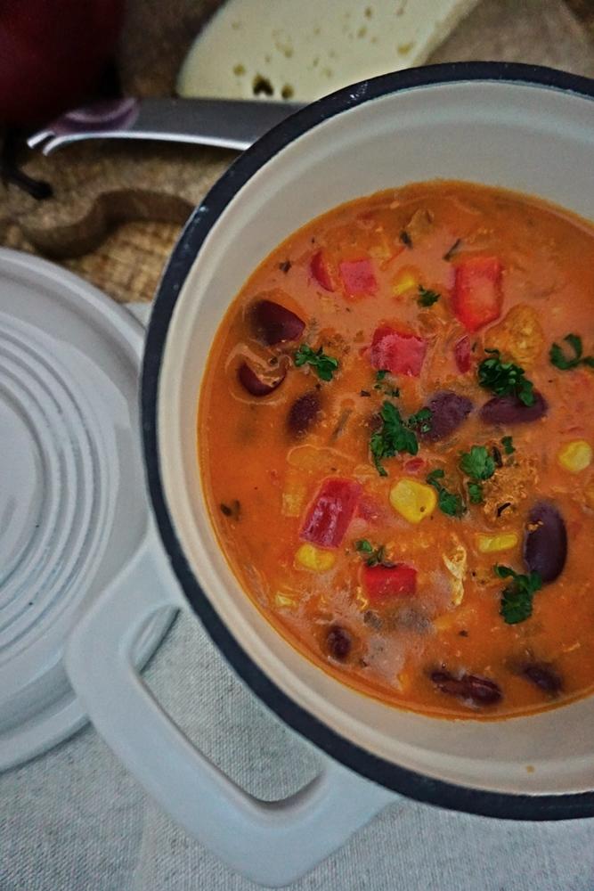 Leckere Gyrossuppe mit Paprika, Kidneybohnen und Mais.