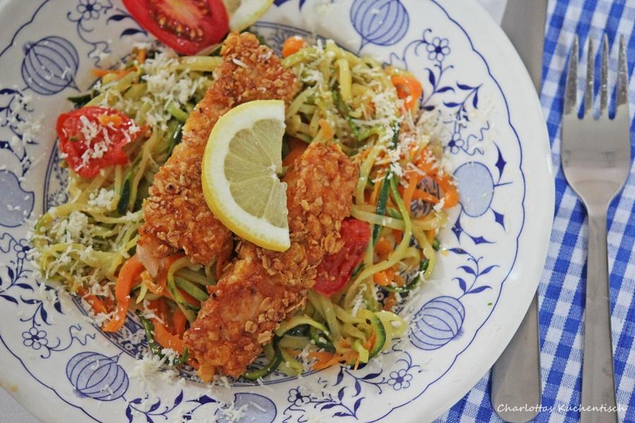 Lachsstäbchen Gemüsespaghetti aus Möhren und Zucchini
