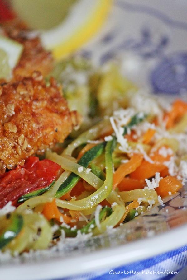 Lachsstäbchen Gemüsespaghetti Parmesankäse